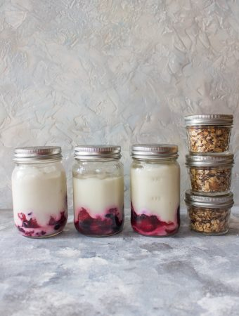 Grab some mason jars and prep your breakfasts so you can have a delicious and healthy start to your day during the week! These Yogurt with Fruit and Homemade Granola Breakfast Meal Prep will have you looking forward to your mornings!