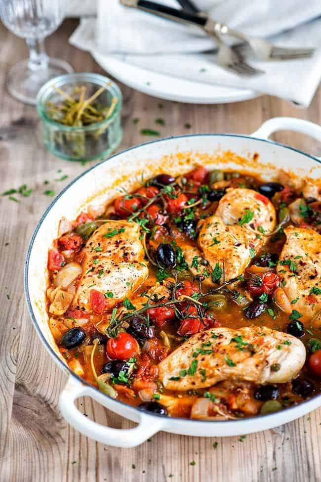 This low-carb Chicken alla Puttanesca is packed with flavour but low on calories. Serve with spiralized zoodles (a.ka. courgette noodles).