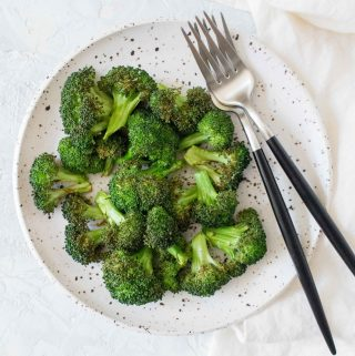 Curious as to how to make crispy broccoli with an air fryer? Here's how you can quickly make Easy Air Fryer Broccoli!