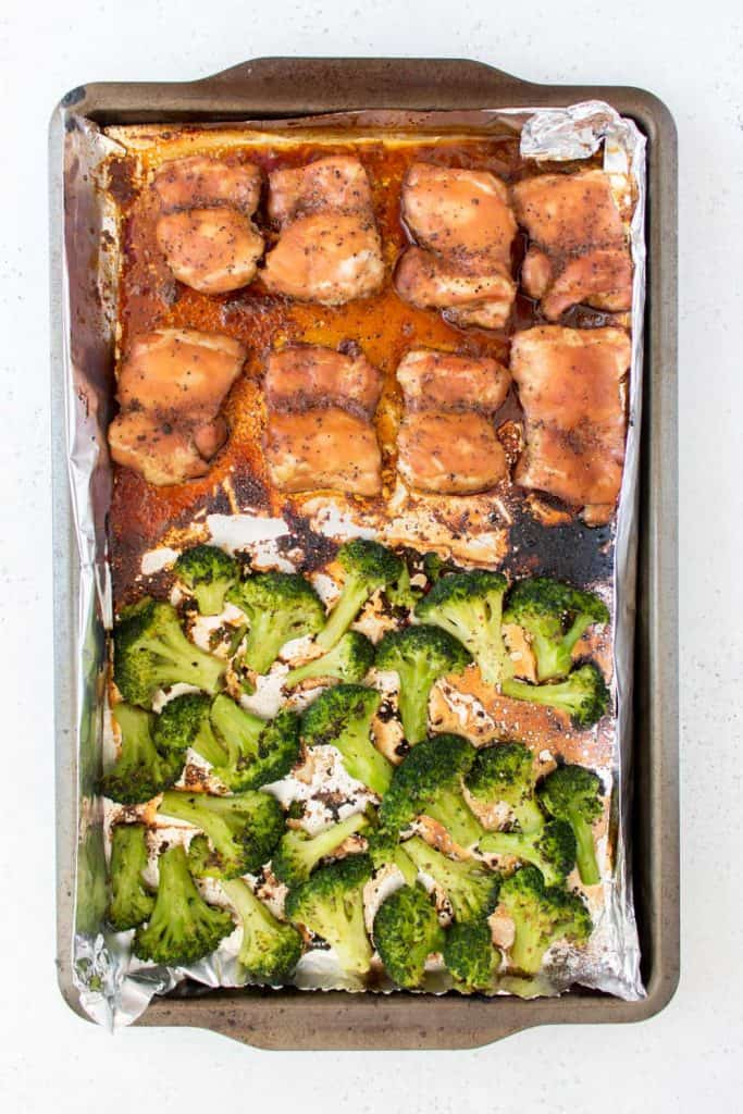 black pepper chicken cooked in sheet pan with broccoli