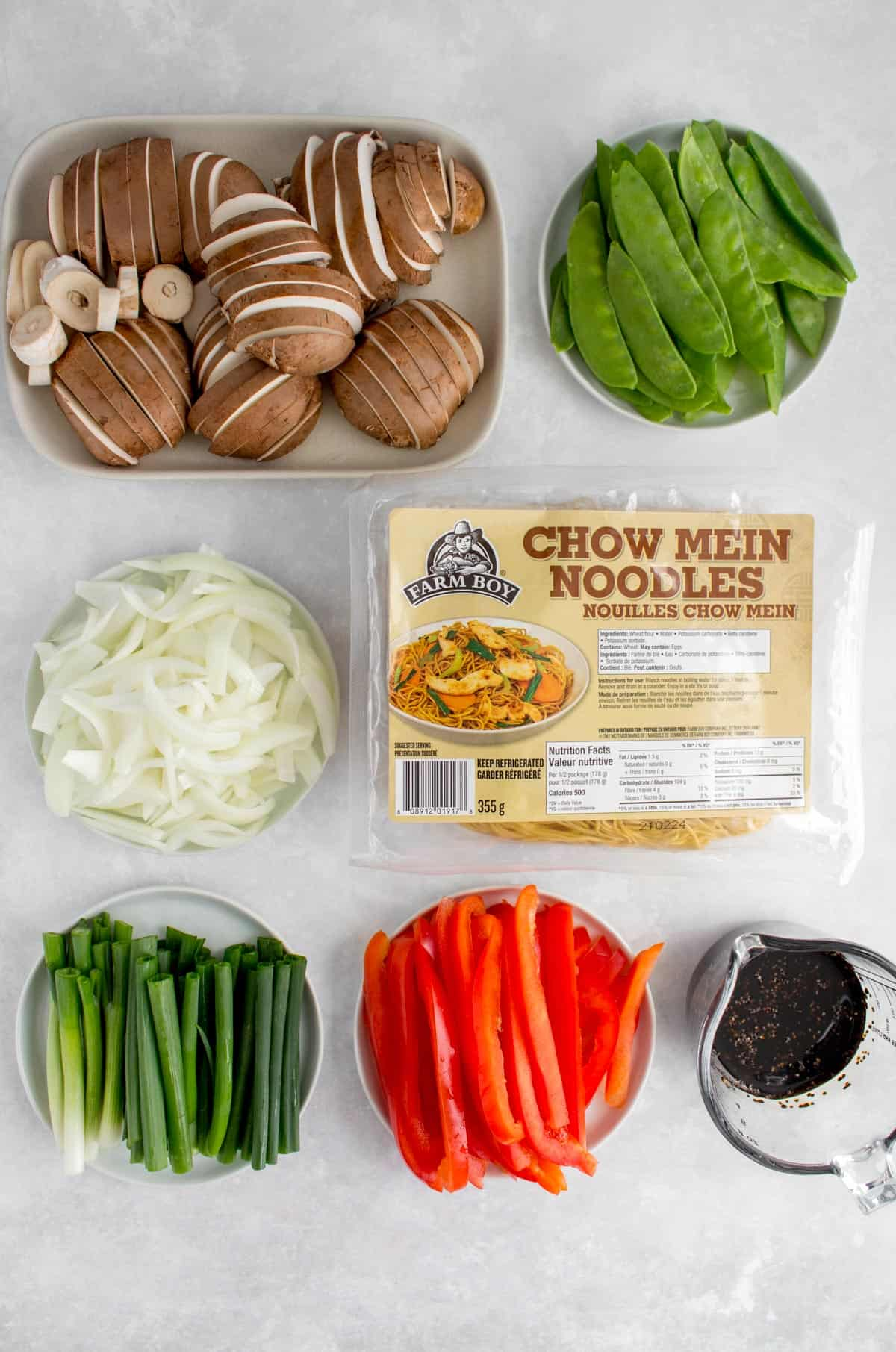 Ingredients needed to make soy sauce noodles with vegetables.